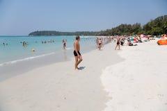 Les touristes détendent sur la plage de Kata Photos stock