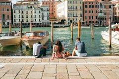 Les touristes détendent sur les étapes de Grand Canal, Venise Photo libre de droits