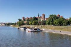 Les touristes dans des restaurants de canots automobiles sur le fleuve Vistule près de Wawel se retranchent à Cracovie Photos libres de droits