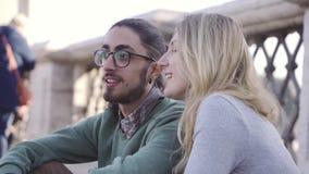 Les touristes de couples parlent Matin Le garçon a gesticulé parce qu'il veut dormir Couples de m?tis Lever de soleil L'Italie banque de vidéos