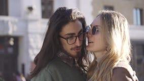 Les touristes de couples s'étreignent, parlent et l'embrassent romantique Couples de m?tis Lever de soleil Fin vers le haut banque de vidéos