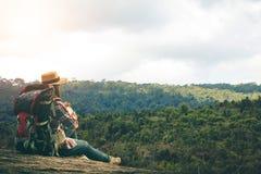 Les touristes de femmes marchent dans la forêt photos libres de droits