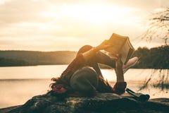 Les touristes de femmes ont lu des livres photographie stock
