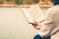Les touristes de femmes ont lu le livre pendant les vacances en nature tranquille, concept lisant un livre photo libre de droits