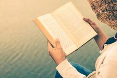 Les touristes de femmes ont lu le livre pendant les vacances en nature tranquille, concept lisant un livre photographie stock libre de droits