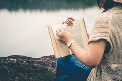 Les touristes de femmes ont lu le livre pendant les vacances en nature tranquille, concept lisant un livre photo stock