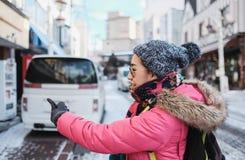 Les touristes de fille ont plaisir à choisir un restaurant pour le déjeuner au noboribetsu photo stock