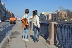 Les touristes de jeunes dames dans le St Petersbourg Russie ont l'amusement ensemble un jour ensoleillé, un dévêtu et un saut de  images libres de droits