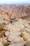 Les touristes descendent la longue traînée du haut du bâti Moïse, E Images libres de droits