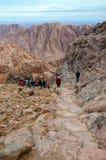 Les touristes descendent sur la longue traînée du haut du bâti Moïse, Images stock