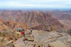 Les touristes descendent sur le chemin du dessus du bâti Moïse, Egypte Images stock