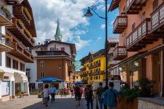 Les touristes dessus dans la ville de Cortina image libre de droits