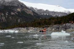 Les touristes du bateau de croisière ont débarqué sur le rivage près du glacier de pia Photos stock