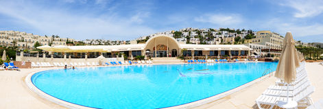 Les touristes enjoing leurs vacances dans l'hôtel de luxe Image libre de droits