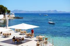 Les touristes enjoiying leurs vacances au café extérieur Photos libres de droits