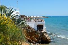 Les touristes enjoiying leurs vacances dans le restaurant extérieur Photo stock