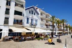 Les touristes enjoiying leurs vacances dans le restaurant extérieur Photos stock