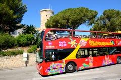 Les touristes enjoiying leurs vacances sur la vue de ville voyant l'autobus Image stock