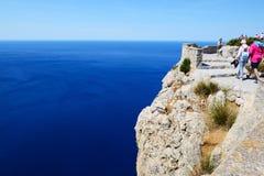 Les touristes enjoiying leurs vacances sur le cap Formentor Photos stock