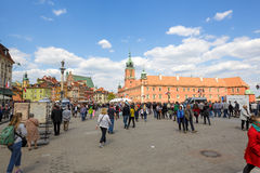Les touristes et les résidents arrive à la place Photo stock