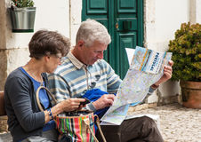 Les touristes examinent une carte de route du Portugal Image libre de droits