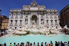 Les touristes excite pour visiter la fontaine de TREVI, Rome, Italie photo libre de droits