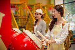 Les touristes féminins éprouvent le jeu de musique de tambour Photo stock