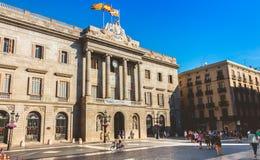 Les touristes flânent après la façade principale néoclassique de Barcelone C photographie stock libre de droits