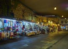 Les touristes font des achats dans les rues du bazar du centre de Bodrum M Photographie stock