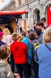 Les touristes instruisent des enfants se tenant près du kiosque d'aliments de préparation rapide, votant qui veut obtenir le hot- photos libres de droits