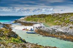 Les touristes, les bateaux et les kayaks en turquoise aboient Photo stock
