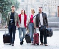 Les touristes mûrs avec le bagage posent sur la rue Photo libre de droits