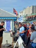 Les touristes mangent l'anguille en gelée sur la plage à Brighton images stock