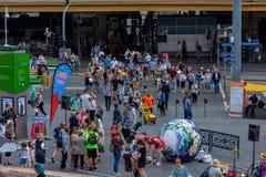 Les touristes marchent centre de visiteur de Melbourne de passage à la place de fédération image stock