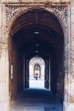 Les touristes marchent dans la cour de bibliothèque de Bodleian, Oxford images stock