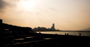 Les touristes marchent dans la plage du bord de la mer Momochi Photo libre de droits