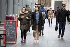 Les touristes marchent le long de la rue d'Oxford, entendant faire des achats Images stock