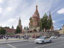 Les touristes marchent près de la cathédrale du ` s de St Basil, Moscou Photos libres de droits
