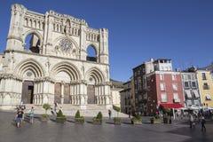 Les touristes marchent près de la façade de la cathédrale de Cuenca, le chat Photographie stock libre de droits