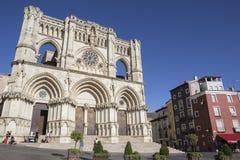 Les touristes marchent près de la façade de la cathédrale de Cuenca, le chat Photo stock