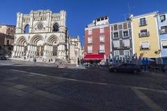 Les touristes marchent près de la façade de la cathédrale de Cuenca, le chat Image stock