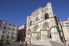Les touristes marchent près de la façade de la cathédrale de Cuenca, le chat Photo libre de droits