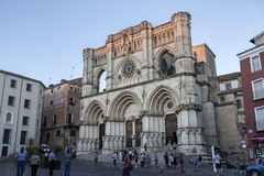 Les touristes marchent près de la façade de la cathédrale de Cuenca, le chat Image libre de droits