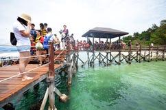 Les touristes marchent sur la passerelle d'île de Sapi en Malaisie photo libre de droits
