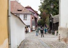 Les touristes marchent sur la rue d'école dans le château de la vieille ville Ville de Sighisoara en Roumanie Image stock