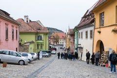 Les touristes marchent sur la rue d'école dans le château de la vieille ville Ville de Sighisoara en Roumanie Images libres de droits