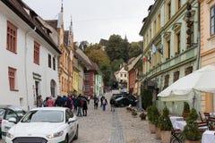Les touristes marchent sur la rue d'école dans le château de la vieille ville Ville de Sighisoara en Roumanie Photos libres de droits
