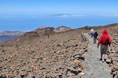 Les touristes marchent sur le dessus du volcan d'EL Teide Photos libres de droits
