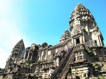 Les touristes montent les étapes à un temple au complexe d'Angkor, Cambodge Photos libres de droits