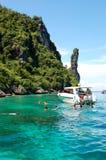 Les touristes naviguants au schnorchel sur l'eau de turquoise du Maya aboient Photographie stock libre de droits
